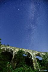 アーチ橋と天の川