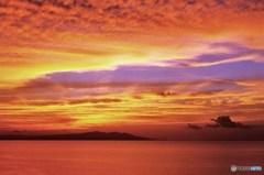 津軽海峡夕景 赤と紺青