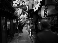 モノクロ散歩2018:ションベン横丁昼下り_c