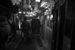 モノクロ散歩2018:ハナ金ションベン横丁_b