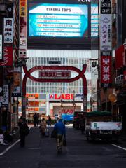 歌舞伎町のアレで朝で奥から望遠で