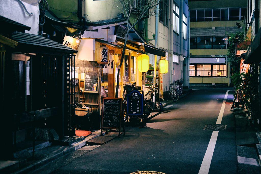 居酒屋のある路地