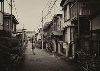 路地を歩く男