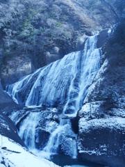 凍りかけた滝