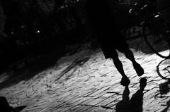 陪我穿過那深深黑夜微微的光