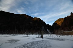 残月の凍湖