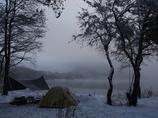 雪の湖畔にて