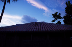 赤瓦と青い空