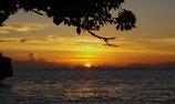 島に沈む夕日