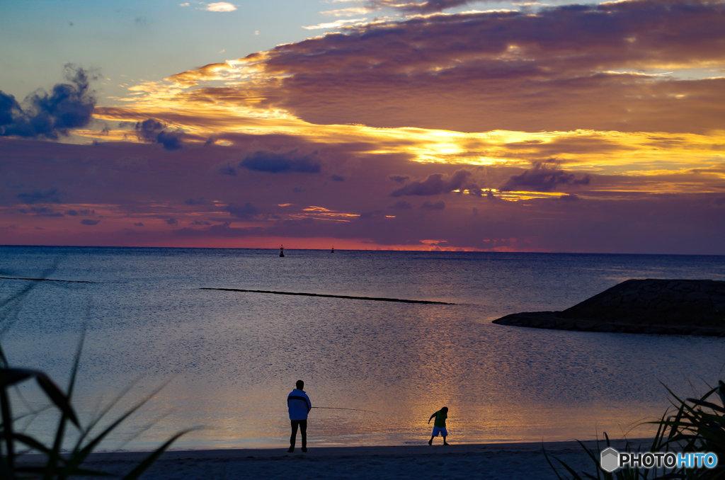 夕暮れ、釣りを楽しむ親子