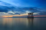 夏日の湖面に浮かび上がる--白髭神社 01