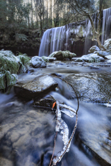 氷のオブジェと雪の鍋ヶ滝