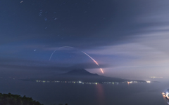 桜島と一閃の光跡