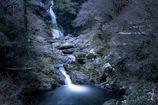 残雪残る夕暮れの滝