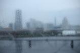 雨で霞む街