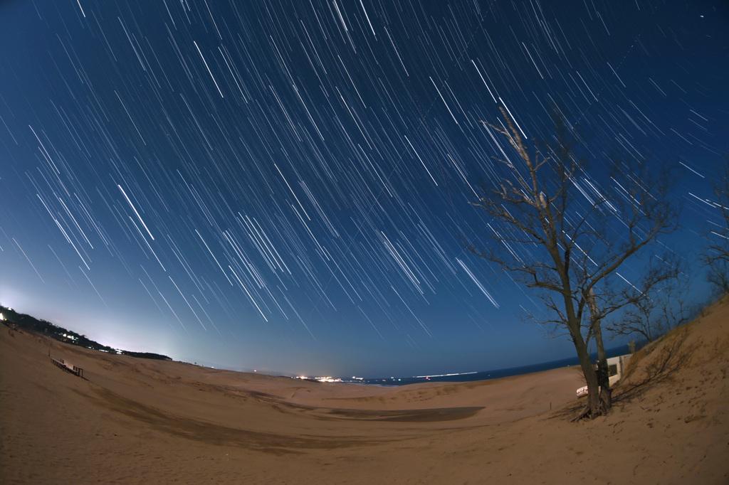 鳥取砂丘に沈む冬の星座