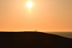 夕日の砂丘の丘