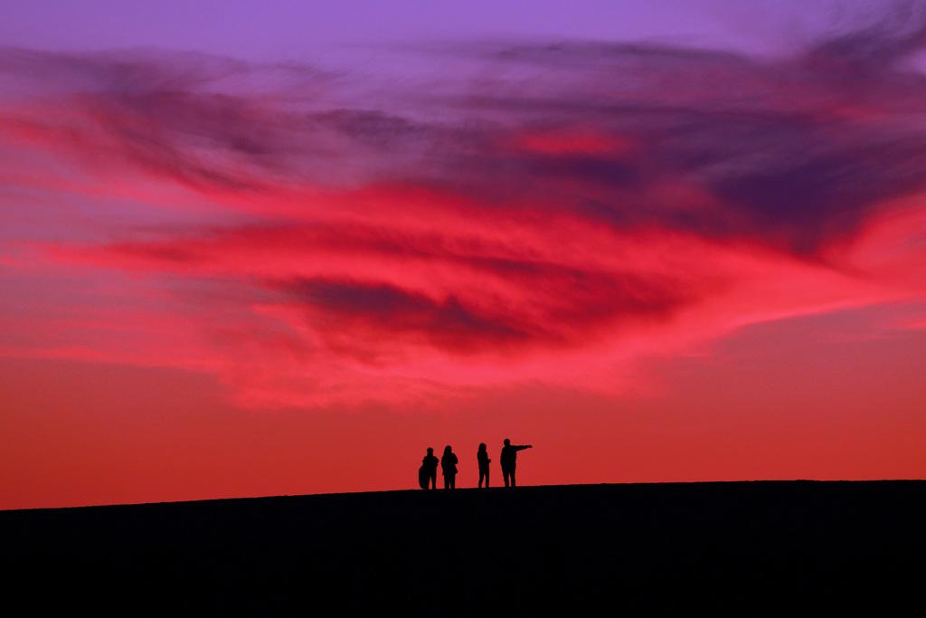 茜雲と丘の上の人々