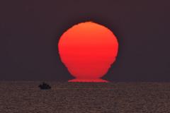 日本海に昇るダルマ朝日