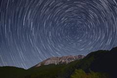 大山と沈む北斗七星