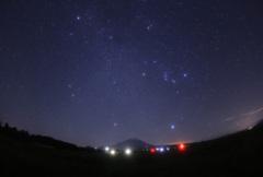大山と昇る冬の星座