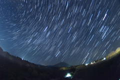 大山と昇る夏の星座
