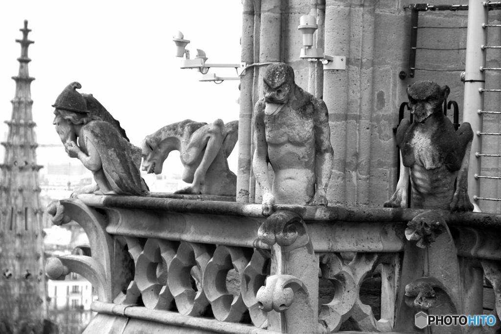 パリ市内を眺めるノートル・ダム大聖堂のキマイラ達