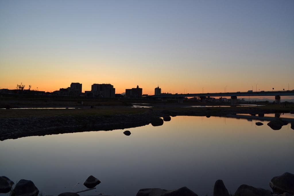 夕焼けと池