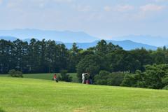 牧場で遊ぶ親子