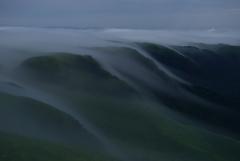 闇夜に湧き出る滝