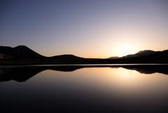 水面に映る夜明け