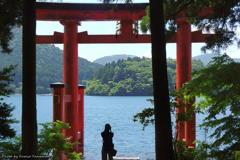 芦ノ湖と女性フォトグラファー(再) その1