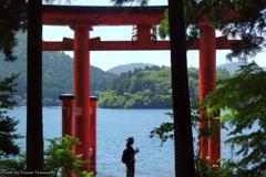 芦ノ湖と女性フォトグラファー(再) その2