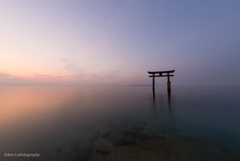 朝焼けの湖面