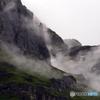 霧の駆け上がるアイガー岩壁