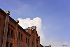 赤レンガ倉庫と雲