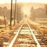 朝陽に煌めく鉄路