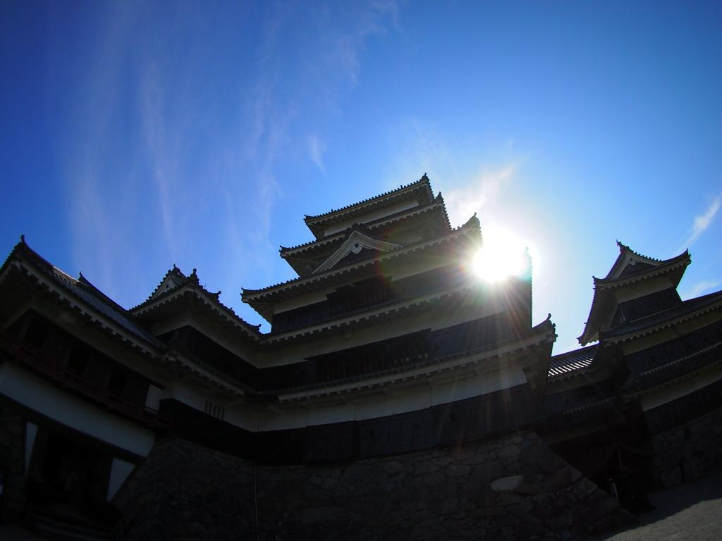 松本城に光芒