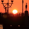 夕日が海に落ちる街から