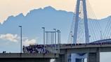 富山マラソン2016 剱岳に向かって新湊大橋を駆ける