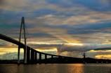 橋を照らす