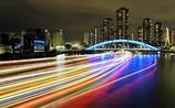 永代橋を横切る光跡