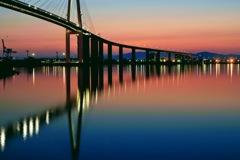 夕焼け橋を映す