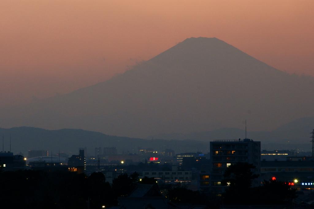 遠くに浮かぶ、富士の姿