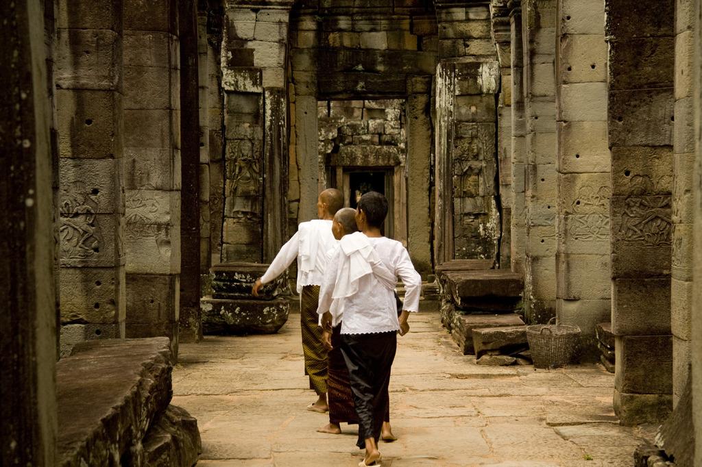 カンボジアの寺女