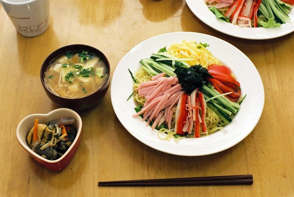 煮物、みそ汁、冷やし中華