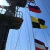 照りつける夏の太陽とはためく旗