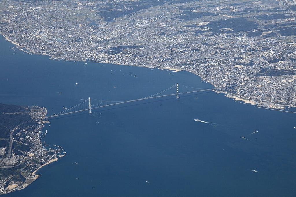 空から見た明石海峡大橋