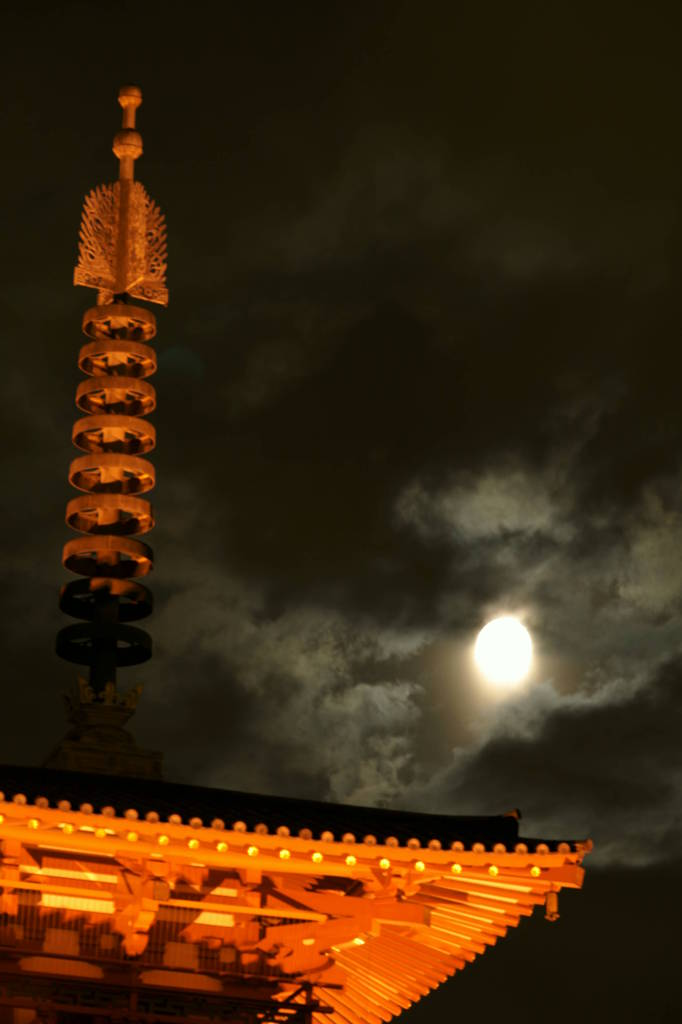 大阪・四天王寺の月夜