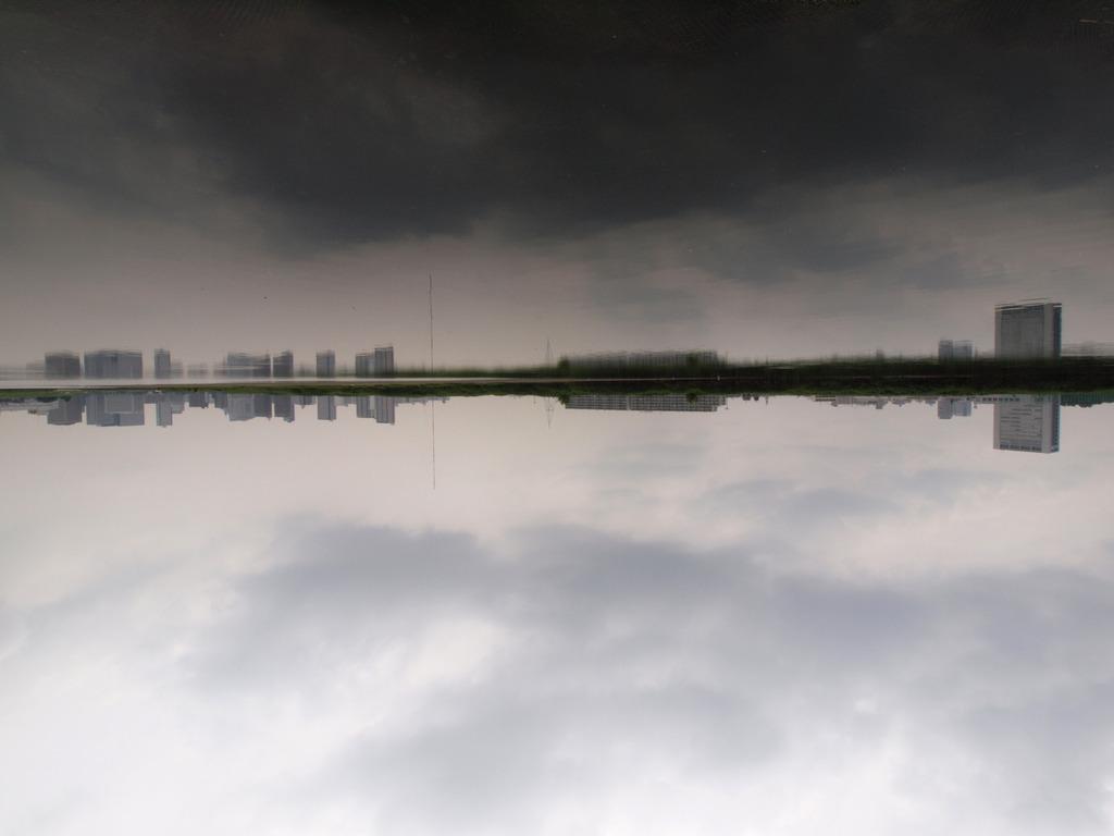 雲の上の街を望む